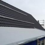 Eingedecktes Dach mit Halteschienen für Solarpanels
